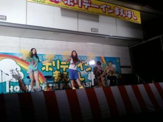 ステージでは沖縄伝統楽器の三線の演奏や、歌、フラダンスなどみんなで盛り上がりました
